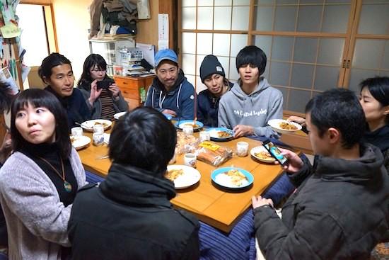イノシシカレーを食べる前の参加者たち