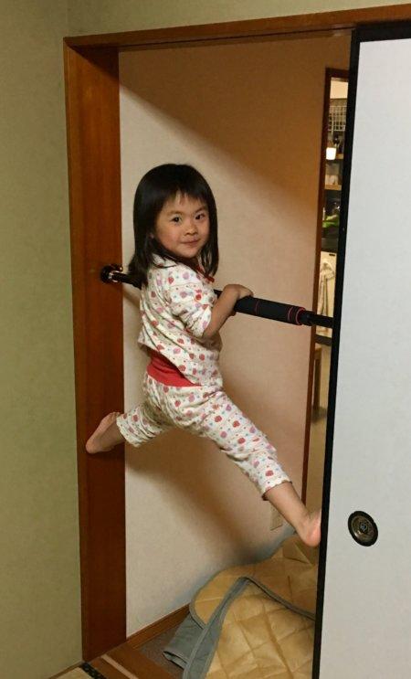 4歳の娘が懸垂バーで遊んでいる写真